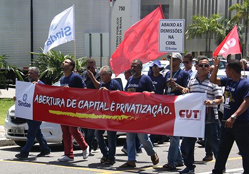 Grande passeata termina com protesto e cobranças na Governadoria