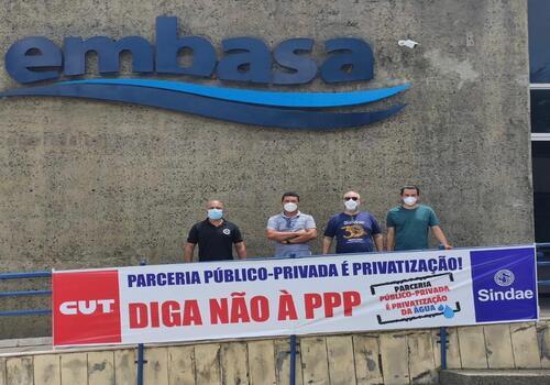 Sindae faz protesto na porta da Embasa contra proposta de PPP em Feira de Santana